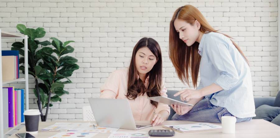 2-women-training-on-a-computer